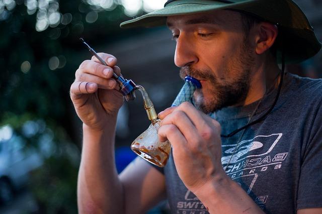 Mężczyzna trzymający bongo akrylowe
